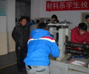 材料系举行学生板材轧制操作竞赛