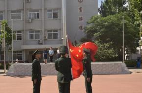 我校举行周一升旗仪式